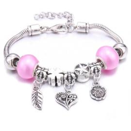 Mooi Pandorastyle armbandje met roosje, hartje, veertje en roze parelkralen