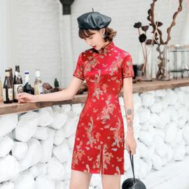 Heel leuk rood chinees jurkje met voorsplitje draken en phoenix motief