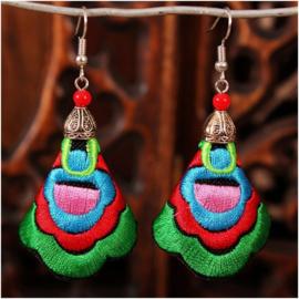 Prachtige geborduurde oorbellen 7 cm groen