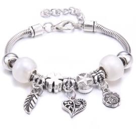 Mooi Pandorastyle armbandje met roosje, hartje, veertje en witte parelkralen