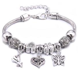 Mooi Pandorastyle armbandje met roosje, hartje, vlindertje en zilveren kralen