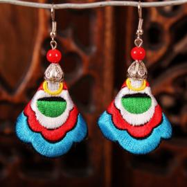 Prachtige geborduurde oorbellen 7 cm turqoise