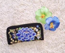 Prachtig geborduurde portomonnee met zwart met blauwe lotusbloem