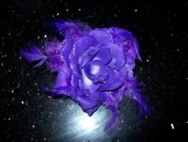 Haarelastiek/broche met paarse roos met glitters en veertjes