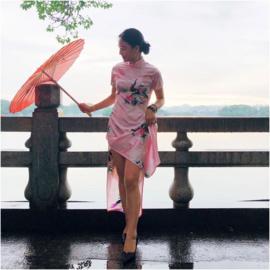 Prachtige lange Chinese pauwenjurk met split roze