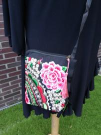 Heel leuk geborduurd tasje rozerode lotusbloem met lange band en kwastje