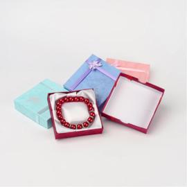 Geschenkdoosje voor armbandje/enkelbandje met roosje, strikje en satijnen bedje