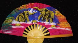 Prachtige fuchsiaroze waaier met handgeschilderde Olifanten