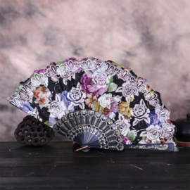 Prachtige handwaaier van stof met grote bloemen zwart