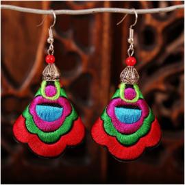 Prachtige geborduurde oorbellen 7 cm rood
