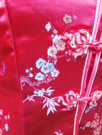 Prachtig rood brokaat getailleerd Chinees jasje met pruimenbloesem
