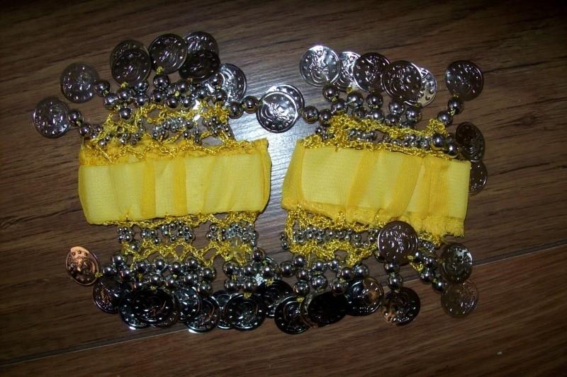 Setje polsbandjes geel met zilveren muntjes
