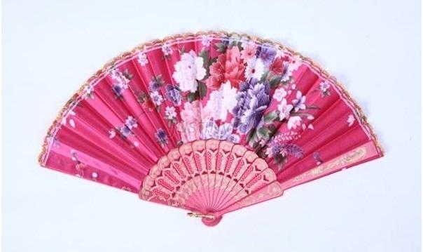 Mooie handwaaier van stof met bloemen fuchsia
