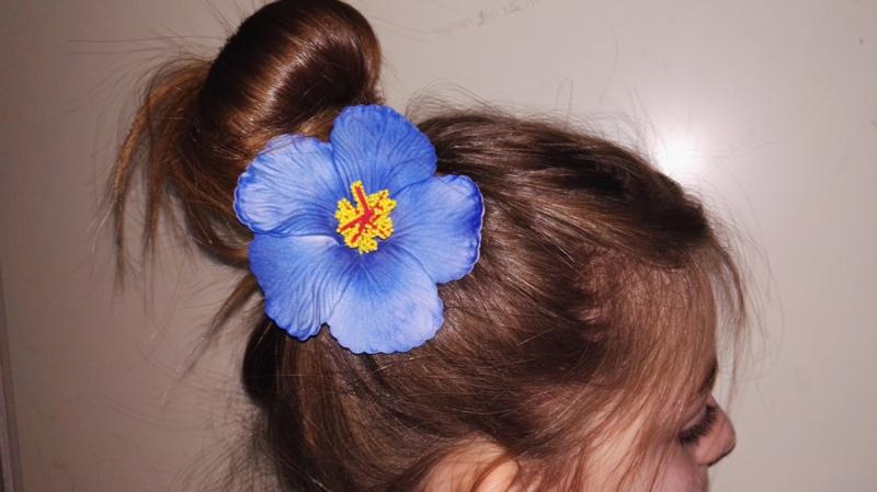 Geweldige Hibiscus Hawaïbloem 9 cm op clip blauw