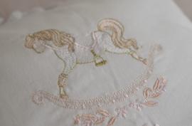 Kussen 'rocking horse' in diverse kleurstellingen