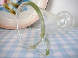 Oude glazen maatbeker op voet