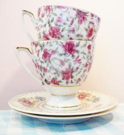 Oma`s kop & schotels  met roze roosjes