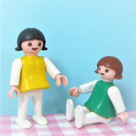 Vintage playmobil kinder figuren - meisje groen / geel
