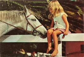 Vintage ansichtkaart meisje met wit paard