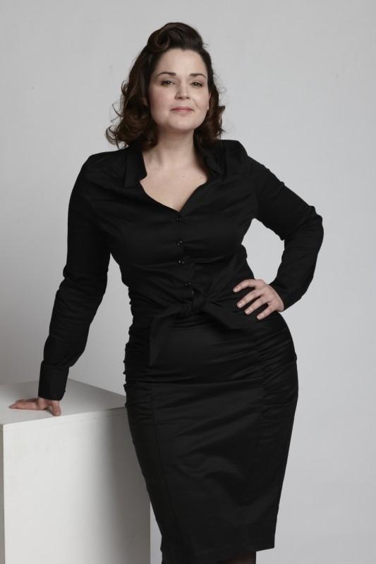 Emmy, Curvy Wiggle Skirt in Black.
