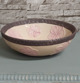 Schaal van aardewerk met bloemen