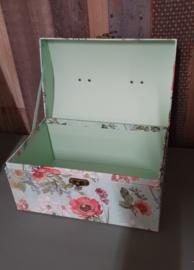 Romantische opbergkoffer of doos met bloemenprint