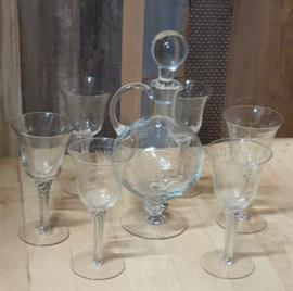Karaf van glas met bijbehorende glazen