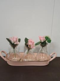 Emaille onderzetter in roze met drie flesjes (vaasjes)