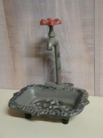 Brocante zeepbakje met een kraan