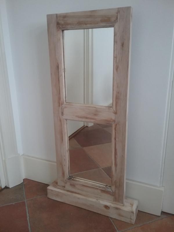 Brocante spiegel in houten omlijsting in wit met doorgeschuurde randen