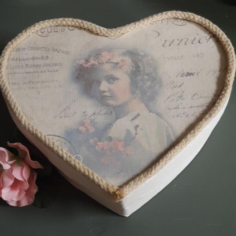 Doos in de vorm van een hart met romatische print