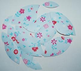 Behangblaadjes blauwe bloemetjes met rood