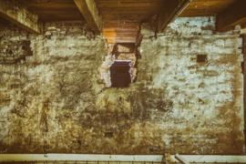 Oude muur met balkenplafond