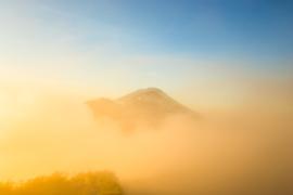 Bali Tropische bergen in de wolken