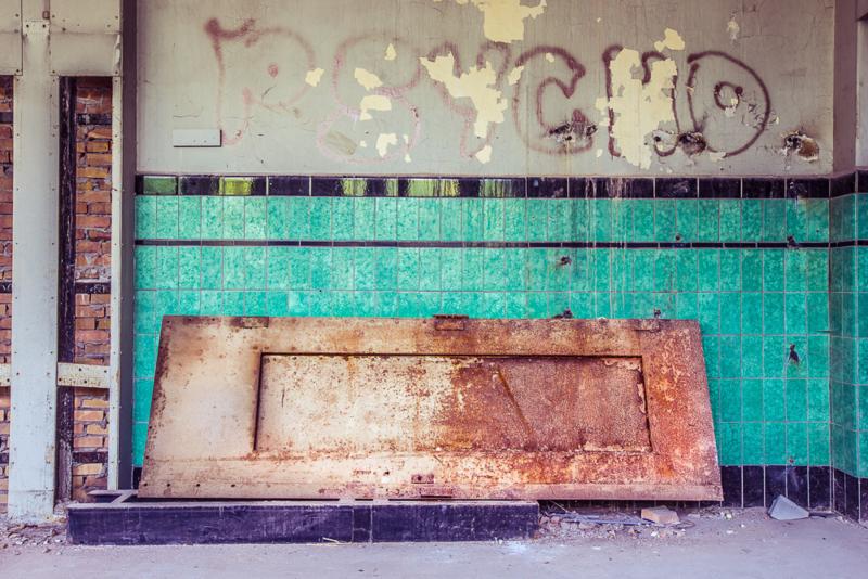 Fabriekswand met tegeltjes en graffiti