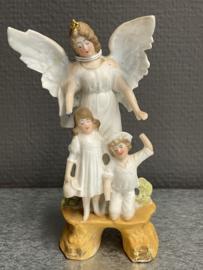 Beschermengel met kinderen, Biscuit porselein, 12 cm, 1900  beschadigd (0)