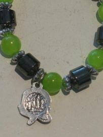 Armband Hematiet en gekleurd glas met medaille Maria Lourdes groen