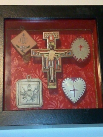 Besloten hofje met Oosters kruis en agnus dei