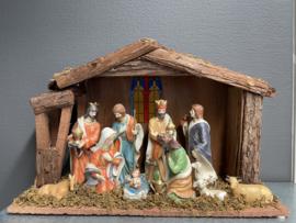Houten kerststal met porseleinen figuren, 48x32x15 cm  licht op batterij (9)