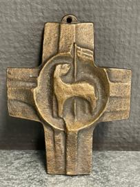 Lam Gods, Brons kruis, 9.5 x 7.5 cm (7)