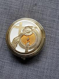Pyxis, hostiedoosje, geëmailleerd 4.5 cm, kaars, doopschelp, kruis.