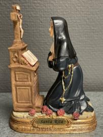 Rita van Cascia,  Biddend bij het kruis. resin, hoogte 12cm kruis. (10)