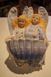 .Wijwaterbakje twee engelen porselein 17 x 11 cm