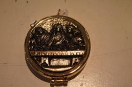 Pyxis, hostiedoosje, Laatste avondmaal 5 cm, brons beslag, binnenin koper verguld