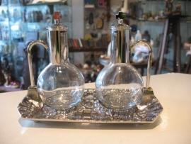 Ampullen / Liturgisch vaatwerk / water en wijn karaffen. Schaal 18 x 10 cm, karaf 13 cm hoog (17)