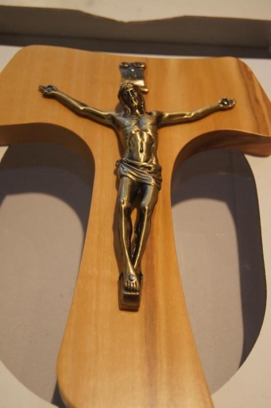 Tau kruis met corpus, olijfhout 20 cm, (27)