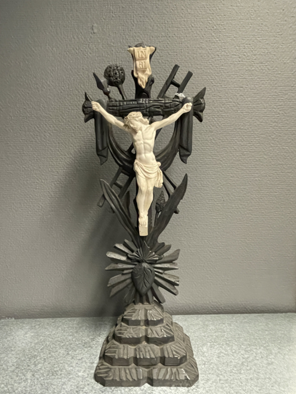 Passie kruis, hout en porselein 47 x 18 cm  (8)