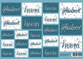 Handlettering vel karton blauw met teksten 'hoera, gefeliciteerd'