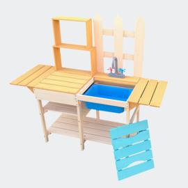 Kinderbuitenkeuken van hout, buitenkeuken met planken.