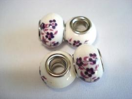 Pandora style kraal keramiek gebroken wit met paarse bloemetjes
